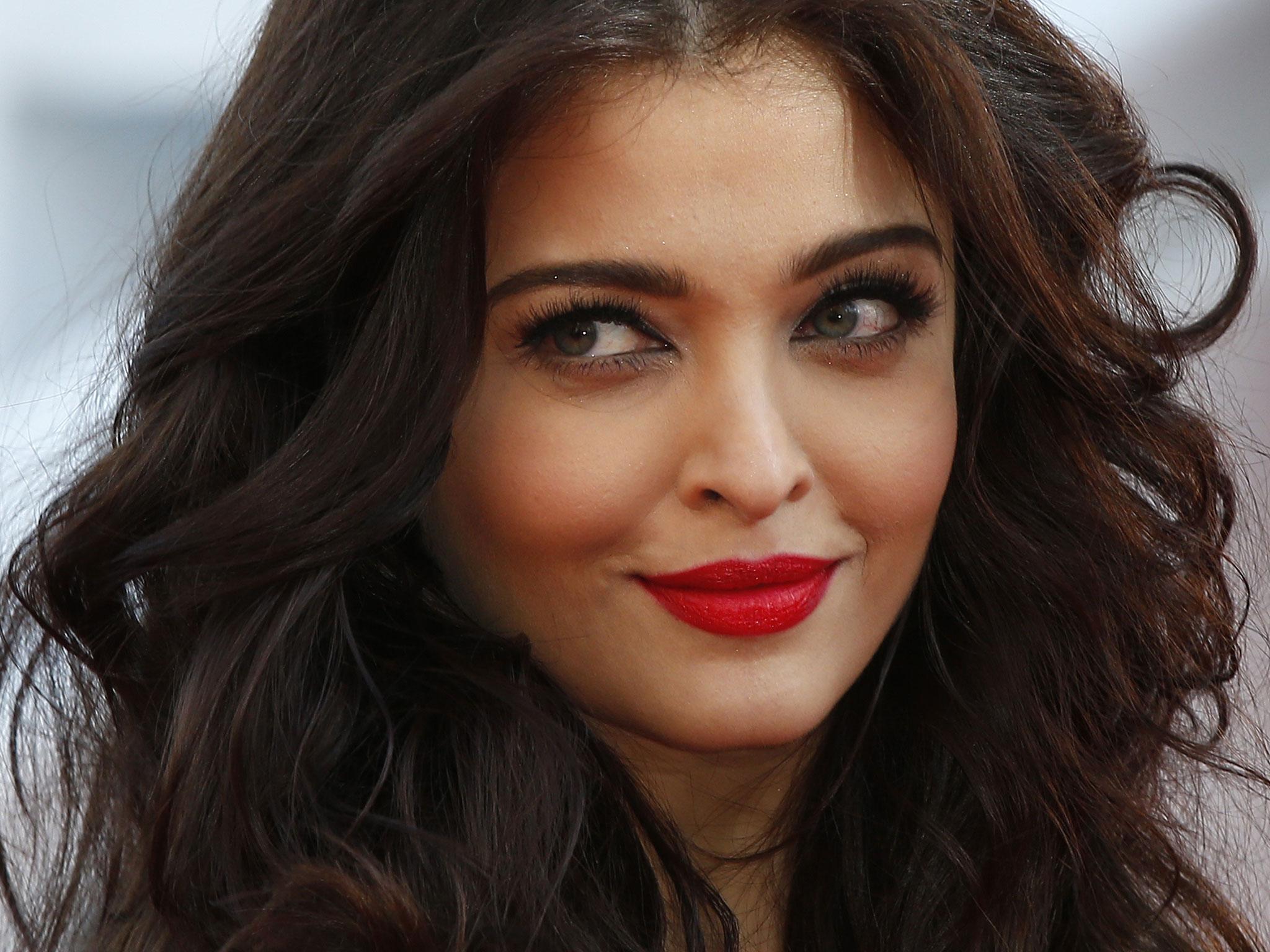 Bollywood Actress Alia Bhatt Hot Photos At IIJW 2013
